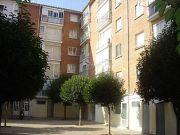 Vivienda en 4ª planta -sin ascensor- ni garaje. (a 100 metros del hospital san telmo). consta de 3 habitacione ...