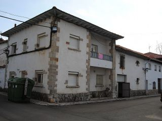 Casa típica de zona de montaña, bien situada y con buenos accesos por carretera. tiene planta baja y principal ...