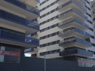 Plaza de aparcamiento en edificio de obra nueva y con locales disponibles en la planta baja. está junto al par ...