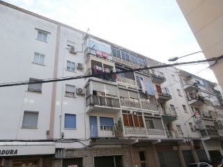 Vivienda acogedora de tres dormitorios, muy funcional, no tiene ascensor ni garaje, situado en el barrio de sa ...