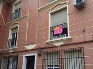 Vivienda de 3 dormitorios de calidades medias, amplias habitaciones, junto a comercios y mercadona. buenas com ...