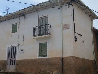 Vivienda en el centro del pueblo, bien situada, en alija del infantado (león) consta de 2 plantas, patio y dep ...